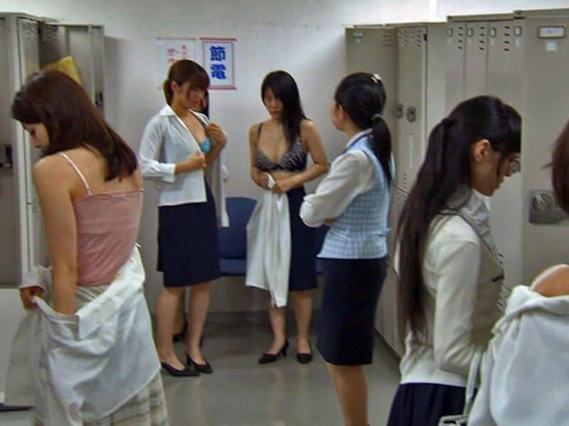 OLさんが会社内で下着姿になる唯一の場所、職場にある女子更衣室で着替えるOLの下着姿エロ画像