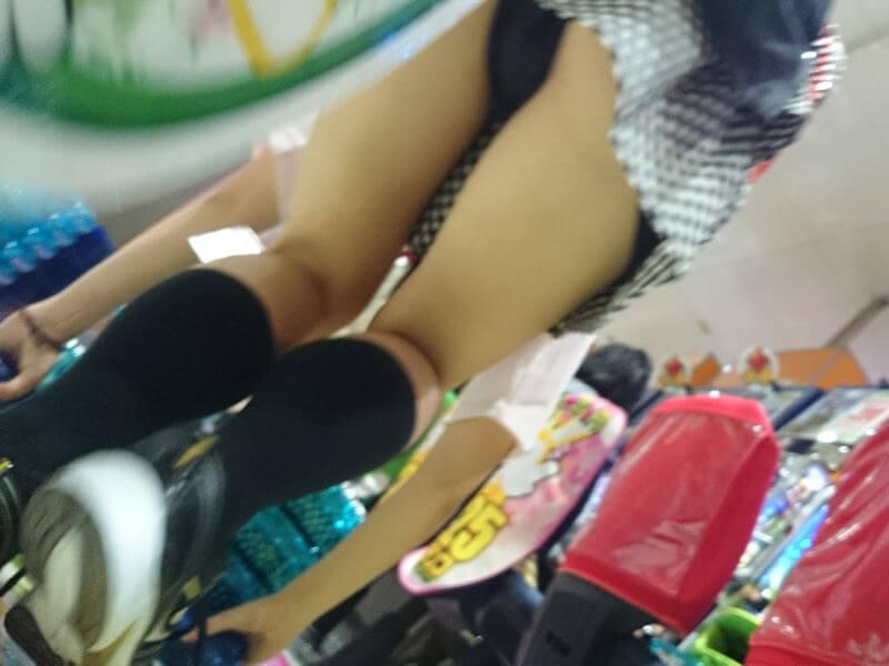 パチンコ店員のしゃがみパンチラ、前屈みパンチラ、逆さ撮りパンチラ。高い時給と短いスカート、エロ画像