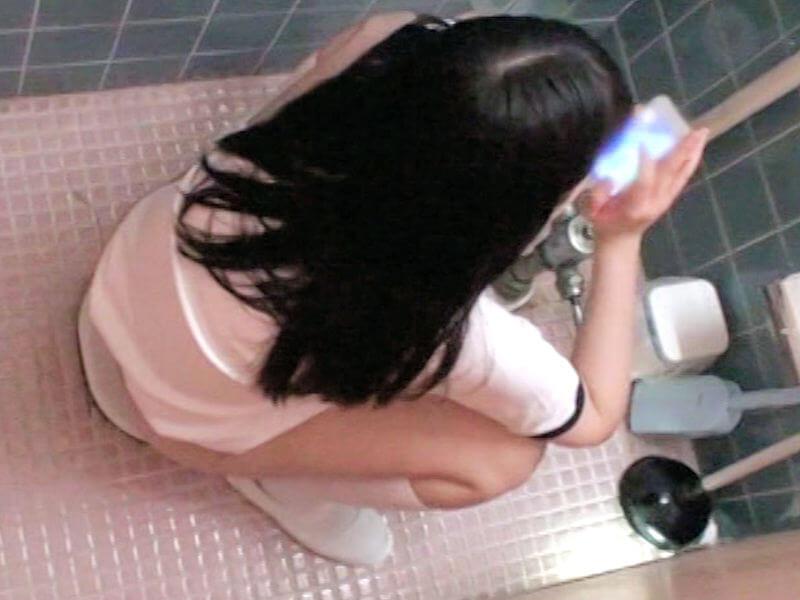 トイレの個室でスマホやガラケーを持ち込む現代人の排泄スタイル、トイレも携帯電話も使用中なエロ画像