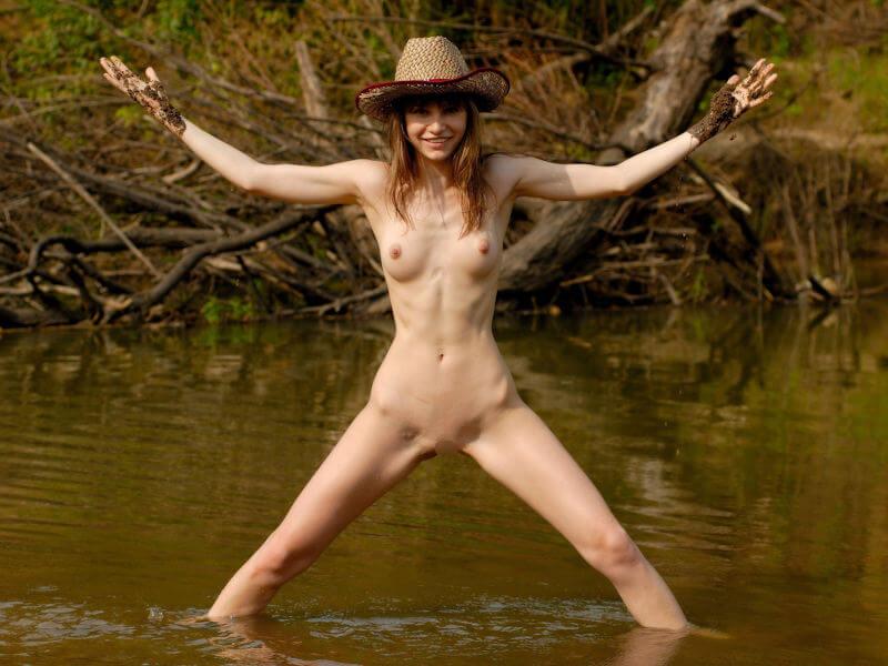 エレガントな帽子、クラシカルな帽子。色んな種類の帽子と、綺麗な全裸の女性が登場するヌードエロ画像